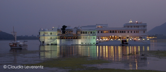Lake Palace Hotel am Abend
